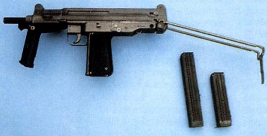 Польский пистолет-пулемет ПМ-84 с выдвинутым прикладом и опущенной передней рукояткой