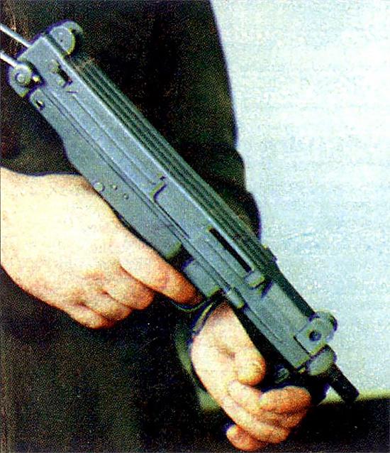 Польский пистолет-пулемет в так называемой «нижней изготовке» при действиях внутри помещений. Хотя его приклад из металлического прутка – неудачное решение конструкции, но при стрельбе с затвором в переднем положении перед выстрелом и, когда прицельные приспособления не расположены на подвижных частях оружия – все это должно повысить вероятность попадания из ПМ-84 по сравнению с Wz63