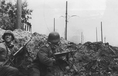 Германские автоматчики, вооруженные пистолетами-пулеметами МР.40 в Сталинграде. Восточный фронт. Октябрь 1942 года