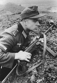 Германский солдат с пистолетом-пулеметом MP.40