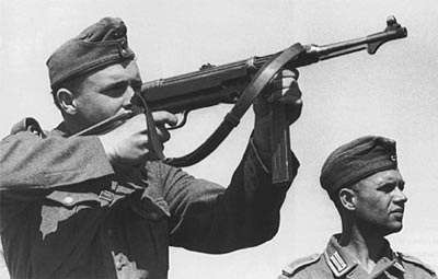 Германский солдат ведет стрельбу из пистолета-пулемета МР.38 на полигоне. 1941 год