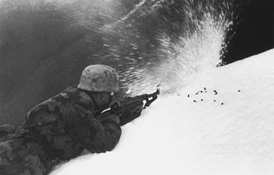 Германский солдат ведет стрельбу из пистолета-пулемета МР.40. Восточный фронт. 1944 год