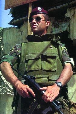 Итальянский парашютист-десантник, с пистолетом-пулеметом «Беретта» М.12S в руках