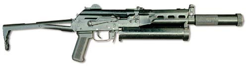 «Бизон-2Б». Пистолет-пулемёт оснащён интегрированным глушителем. В походном положении приклад располагается над крышкой ствольной коробки. При переводе в боевое положение затыльник приклада автоматически занимает вертикальное положение