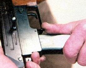 Защёлка магазина расположена перед спусковой скобой. В дальнейшем такая схема использовалась на большинстве образцов оружия Калашникова