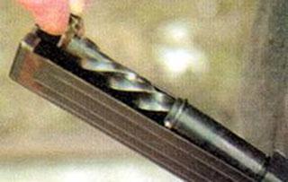 Для извлечения подвижных частей необходимо взяться за выступ винтового хвостовика и отлепить ею от ствольной коробки