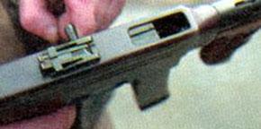 Отражение стреляной гильзы осуществляется через окно в верхней част ствольной коробки