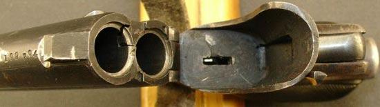 Вид на блок стволов дерринджера фирмы Remington .22 калибра, откинутый для перезарядки