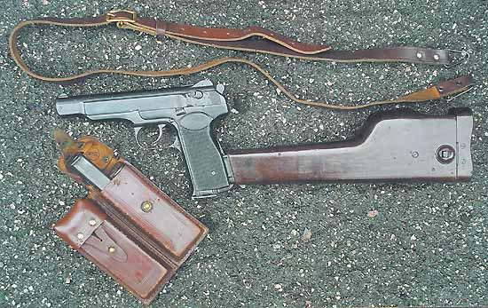 В комплект поставки пистолета входят кобура-приклад с протиркой, ремень для переноски два подсумка и пять магазина (один в пистолете и четыре в подсумке)