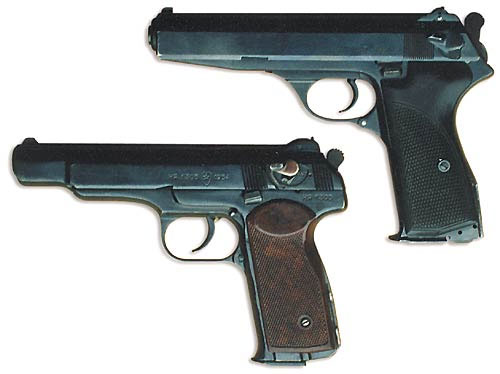 Автоматический пистолет Калашникова (вверху) и автоматический пистолет Стечкина (АПС). Пистолеты практически не отличаются друг от друга по массе и габаритам. Рамка пистолета Калашникова значительно длиннее рамки АПС и доходит до переднего торца затвора