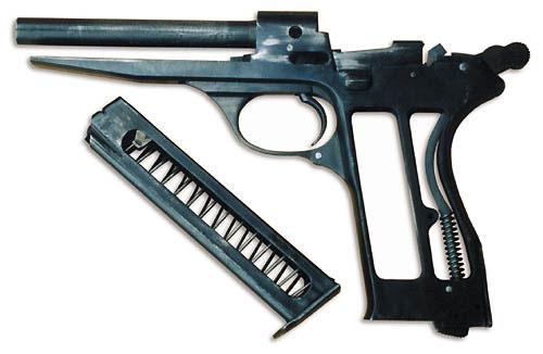 Рамка пистолета и доработанный магазин от АПС. На подавателе спилен выступ, включающий затворную задержку после израсходования патронов в магазине. В пистолете Калашникова при пустом магазине на рычаг задержки давит сам подаватель