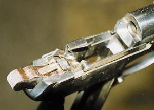 Ударно-спусковой механизм пистолета прост по устройству, но обеспечивает высокий уровень безопасности при обращении с оружием. В случае срыва курка с боевого взвода при ненажатом спусковом крючке включается перехватыватель