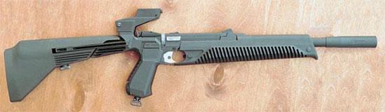 МР-651 с присоединёнными прикладом и цевьем. Самая интересная деталь в этом карабине - зеркальная приставка, позволяющая прицеливаться из оружия с помощью штатного прицельного приспособления пистолета