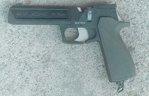 Предшественник «651-ой» модели – пневматический пистолет «Корнет», в основном отличался от него отсутствием магазина для шариков, упрощённым целиком и рукояткой для отделения которой была необходима отвёртка