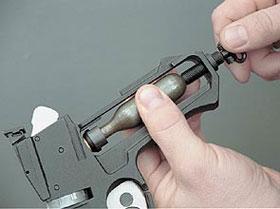 Основная масса пистолетов изготавливается под недорогой отечественный баллончик СО2. Процедура установки баллончика проста и не занимает много времени