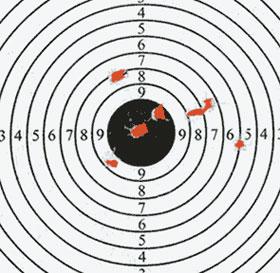 Результаты стрельбы из пистолета МР-651К свинцовыми пульками (слева) и стальными шариками ВВ. Дистанция 7 метров. При стрельбе шариками средняя точка попадания (СТП) практически совпала с точкой прицеливания, но кучность, конечно же, оказалась существенно хуже чем при стрельбе свинцовыми пульками. СТП для свинцовых пулек сместилась вверх от точки прицеливания (на оцифровку мишени не обращайте внимания, поскольку она была закреплена в повёрнутом пложении). Если вы хотите стрелять точно, то не забывайте учитывать разницу СТП для шариков и пуль или вводите поправки регулировкой целика