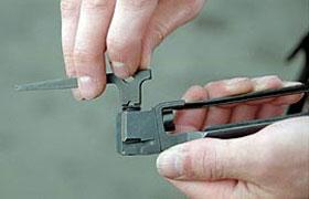 Для разборки клапанного устройства используется специальный ключ