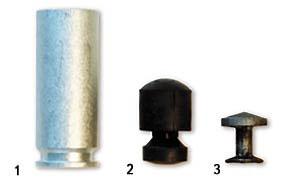 Патрон травматического действия комплекса «Оса» с резиновой пулей. 1 – патрон в сборе; 2 – резиновая пуля; 3 – армирующий элемент, входящий в конструкцию пули. Гильза патрона выполняет роль ствола. Конструкция боеприпаса исключает его переснаряжение каким-либо другим поражающим элементом