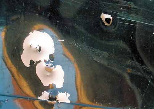 Результаты стрельбы по дверям «Жигулей». Дистанция стрельбы 2–2,5 м. Хотя сквозного пробития и не произошло (пули отскакивали от дверей), однако в 100% случаев пуля, выпущенная из «Осы» не просто оставляет вмятину, а прорывает металл в месте контакта
