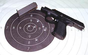 В тире П-96С показал интересные результаты. Все стрелявшие были единодушны в том, что отдача, воспринимаемая стрелком при стрельбе из П-96С, значительно меньше,чем у ИЖ-71. Речь идет не об импульсе отдачи как о физической величине, а о субъективных ощущениях стреляющего, о комфортности стрельбы. И это при значительно меньшей по сравнению с ИЖ-71 массе П-96С! Причина проста: не свободный, как у ИЖ-71, а сцепленный со стволом затвор. Характеристики кучности при стрельбе из П-96С мы не определяли, поскольку были ограничены в количестве патронов, а вот результат лучшей серии вы можете увидеть на снимке. В данном случае стрельба велась на дистанции 25 метров, стоя, с удержанием пистолета двумя руками. Выводы делайте сами, учитывая, что остальные результаты были незначительно хуже