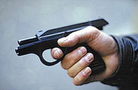 Затвор встаёт на затворную задержку при отведении в крайнее заднее положение. Кнопка задержки находится с правой стороны рамки пистолета. Она выступает за рамку всего лишь на 1,5–2 мм, практически не увеличивая габарит пистолета по ширине