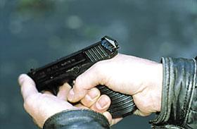 Для произведения неполной разборки пистолета необходимо несколько оттянуть затвор назад, нажать кнопку на тыльной части затвора и отделить его от рамки движением вперёд