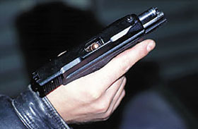 При недостаточно энергичном отведении затвора в крайнее заднее положение возможно возникновение одной из самых распространённых в пистолетах задержек – перекос патрона при досылании его из магазина в патронник
