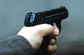 По паспорту, прилагаемому к пистолету, «задняя часть бойка (ударника), выступающая на 1 мм за габарит пистолета, указывает на наличие патрона в патроннике или на взведенное положение частей пистолета»