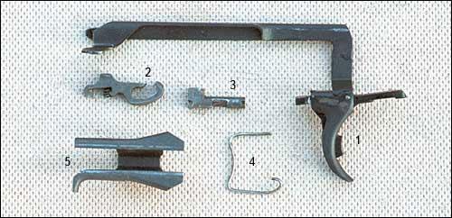Детали спускового механизма. 1 – спусковой крючок с предохранителем и тягой; 2 – шептало; 3 – разобщитель; 4 – пружина разобщителя; 5 – корпус-отражатель