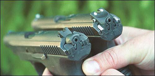 Последние варианты пистолета на целике и мушке имеют места для установки светящихся капсул. В процессе испытаний, с целью исключения бликов, менялась форма целика