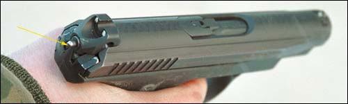 Во взведённом положении ударник выступает на 1 мм с тыльной стороны пистолета. При выборе свободного хода спускового крючка (на снимке) ударник довзводится и срывается с шептала. Обратите внимание на форму целика – это самый последний вариант пистолета, поступивший на испытания