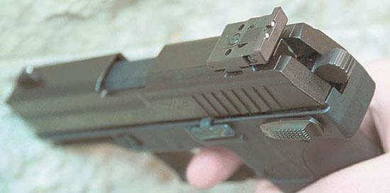 На целик и мушку пистолета нанесены белые марки, облегчающие прицеливание в условиях пониженной освещённости. Обратите внимание на качество изготовления основания целика – это MIM-технология