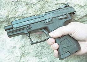 Затвор пистолета можно поставить на затворную задержку, так же как у боевых собратьев