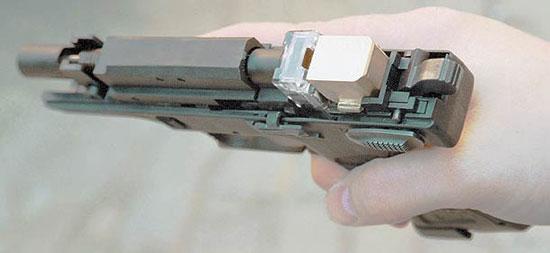 При снятом затворе хорошо видно положение магазина между клапанным устройством и подвижным стволом. Будьте внимательны – даже в таком положении из пистолета можно произвести выстрел