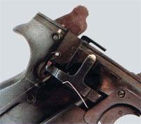 вид на спусковой механизм (правая накладка рукоятки снята)