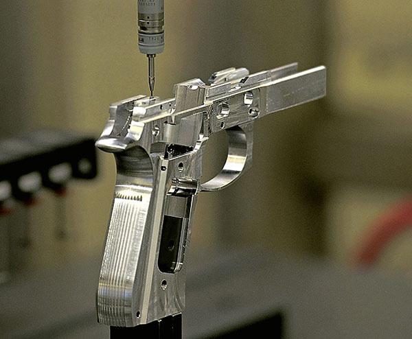 Робот оценивает точность обработки деталей ствольной коробки пистолета. Завод компании Beretta в Аккокие, штат Мэриленд, США