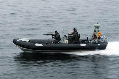 Спецназовцы ВМФ Германии сопровождают конвой судов в гавани Экернфьорде.Немотря на экстремальные условия, оружие всегда должно быть в полной боеготовности