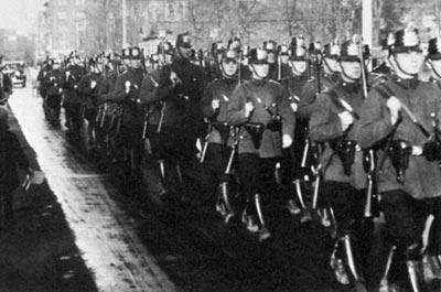 Германские полицейские, вооруженные винтовками «Маузер» 98 и пистолетами «Парабеллум» Р.08. Берлин. 1931 год