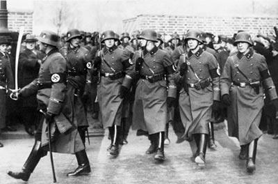 Парад войск СС. Крайний справа унтер-офицер вооружен пистолетом «Вальтер» РРК. 1935 год