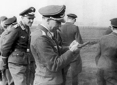 Германский офицер люфтваффе с пистолетом «Mаузер» HSc
