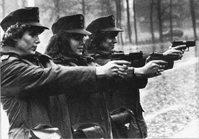 Германские женщины-полицейские на стрельбах с пистолетами «ЗИГ-Зауэр» Р.6 (Р.225)