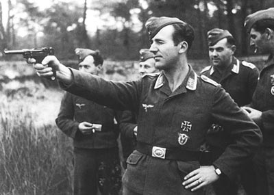 Унтер-офицер люфтваффе стреляет из пистолета «Парабеллум» Р.08. Франция. 1942 год