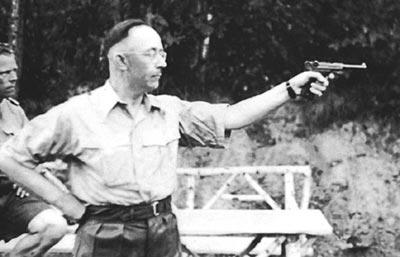 Рейхсфюрер СС Гиммлер тренируется в стрельбе из пистолета «Парабеллум» Р.08. 1943 год