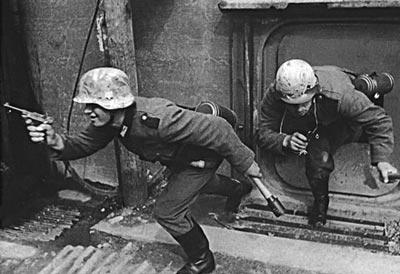 Германские солдаты штурмуют дот противника. Западный фронт. 1940 год