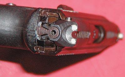 9-мм пистолет ГШ-18 (вид сзади). Хорошо видны ударник и целик