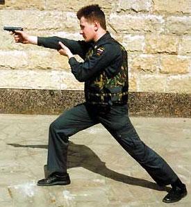 Изготовка к стрельбе в бронежилете «Модуль-5М» с поддержкой правой руки за локоть из правосторонней стойки