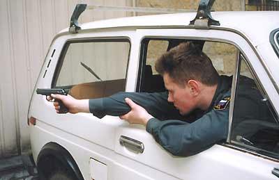 Стрельба из автомобиля назад с поддержкой руки за локоть. Для правши наиболее удобное положение для производства прицельного выстрела. В данном случае стрельба с левой руки значительно увеличивает сектор обстрела