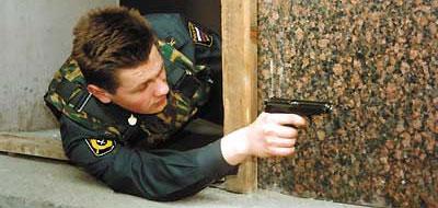 Стрельба из-за укрытия из положения лёжа на боку с руки. Вес бронежилета способствует принятию устойчивого положения при стрельбе