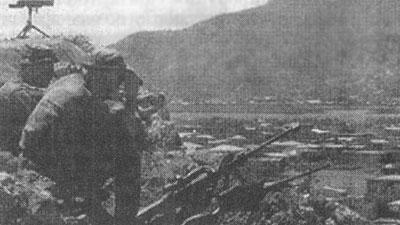 Рис. 1. Снайперская пара следит за обстановкой в городе (Сомали)