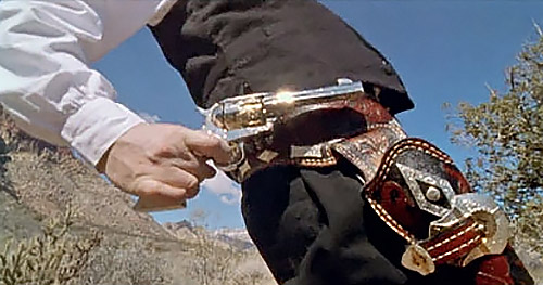 Финальная позиция. Выстрел уже произведен. Дуло побывало на линии выстрела, еще когда касалось края кобуры, но инерция заставляет продолжать движение вверх.